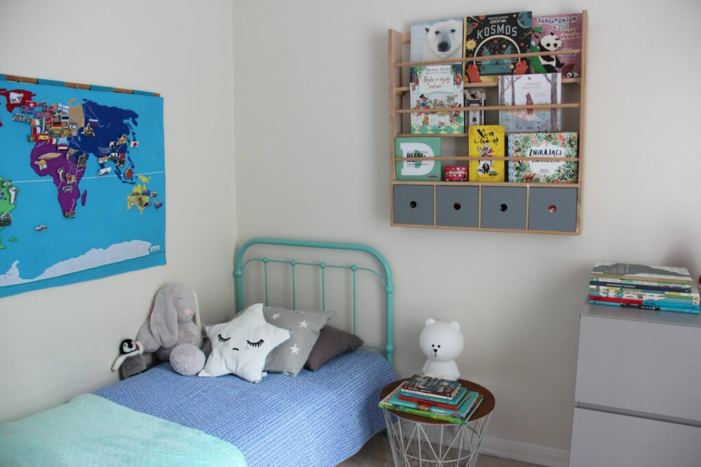 projekt wnętrza, pokój dziecka, stolik ferm living, lampka miffy mr maria, Bloomingville Półka ścienna z szufladami, łóżko FRANCKE-ART