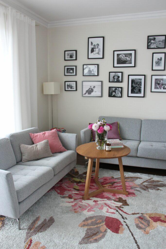 salon, projekt wnętrza, dywan Designer Guild, sofa BoConcept, lampa stojąca, stolik kawowy Ethnicraft